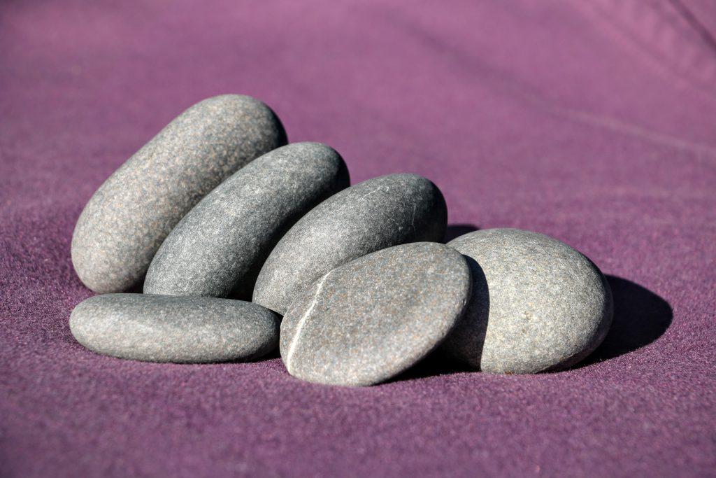 Massage met stenen energetische massage - Tuinuitleg met stenen ...